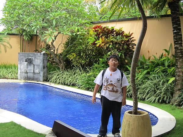 2011.1.29~2.2-峇里島-5-MUTIARA JIMBARAN VILLA(金巴蘭區)-Check Out返家-2(小少爺in泳池畔).JPG