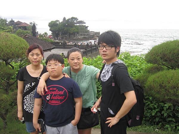 2011.1.29~2.2-峇里島-3-印度教聖地~海神廟-4(宮主&Amy&大小少爺).JPG