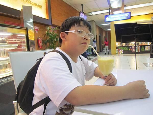 2011.1.29~2.2-峇里島-5-機場咖啡廳-4(小少爺).JPG