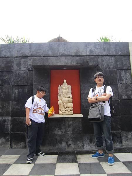 2011.1.29~2.2-峇里島-5-MUTIARA JIMBARAN VILLA(金巴蘭區)-Check Out返家-6(大小少爺inVILLA門口).JPG