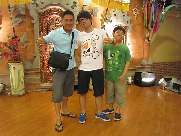 2011.1.29~2.2-峇里島-4-珍寶皇家貴族秀餐館-3(大小少爺&當地導遊阿亮).JPG