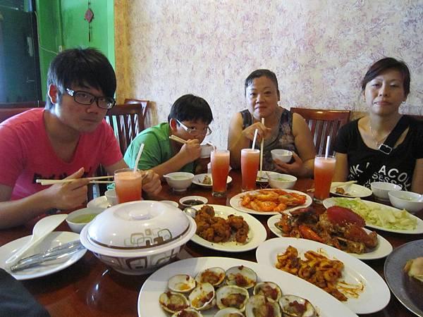 2011.1.29~2.2-峇里島-4-楊家醬海鮮餐廳-3(宮主'Amy&大小少爺).JPG
