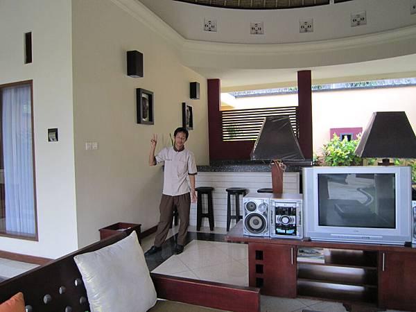 2011.1.29~2.2-峇里島-5-MUTIARA JIMBARAN VILLA(金巴蘭區)-住房全貌-9(傭人瑪莉歐做早餐).JPG