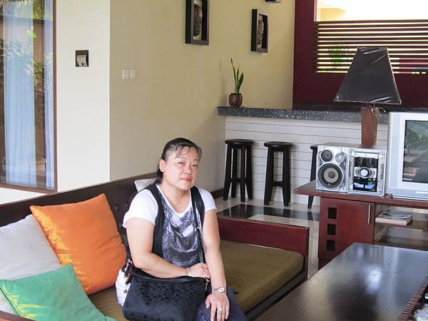 2011.1.29~2.2-峇里島-5-MUTIARA JIMBARAN VILLA(金巴蘭區)-Check Out返家-4(宮主in客廳).JPG