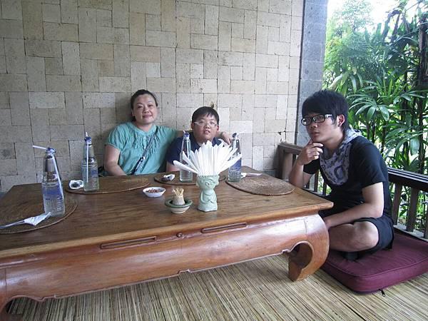 2011.1.29~2.2-峇里島-3-髒鴨風味餐餐廳-2(宮主&大小少爺).JPG