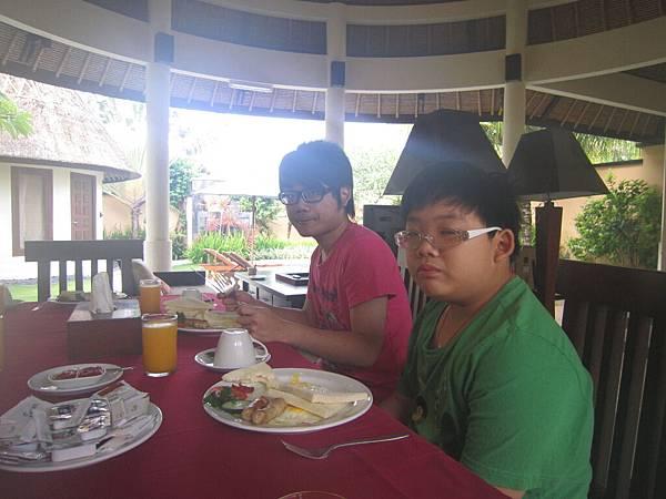 2011.1.29~2.2-峇里島-4-MUTIARA JIMBARAN VILLA(金巴蘭區)-早餐(大小少爺).JPG