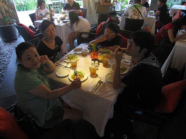 2011.1.29~2.2-峇里島-3-水明漾椰林餐廳-1(宮主'Amy&大小少爺).JPG