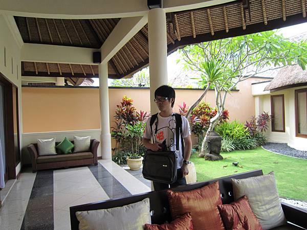 2011.1.29~2.2-峇里島-5-MUTIARA JIMBARAN VILLA(金巴蘭區)-Check Out返家-1(大少爺in客廳).JPG