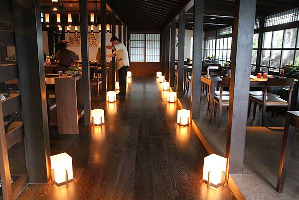 餐廳內的地燈