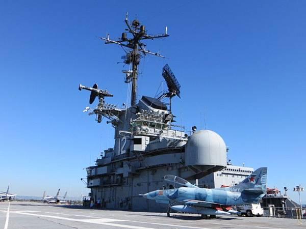 9110 艦載戰機與空管塔台在飛行甲板.JPG