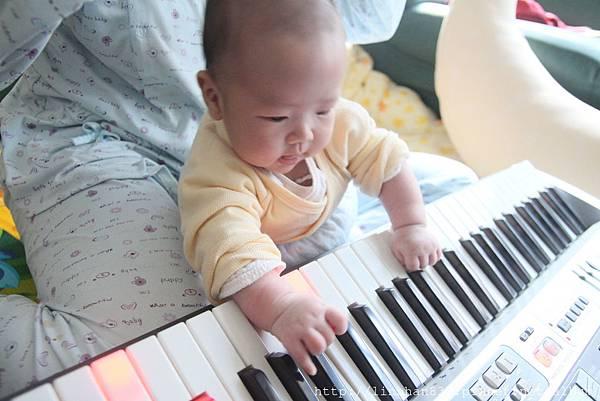 2M玩電子琴.JPG