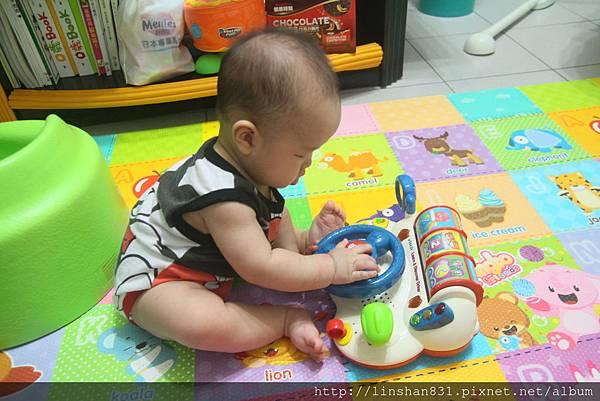 20140622_坐著玩玩具.JPG