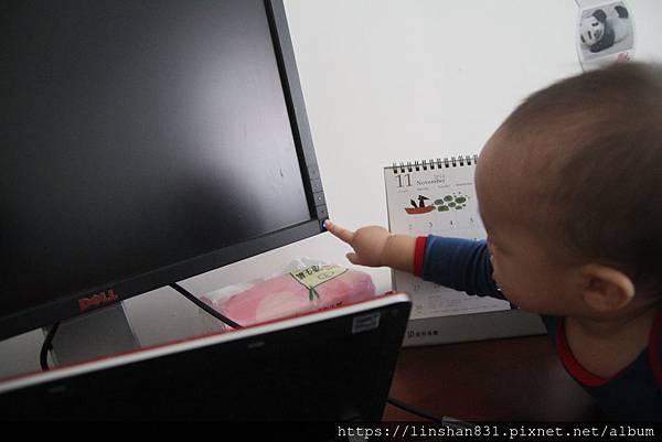 20141108_掐七到爸比的電腦了.JPG