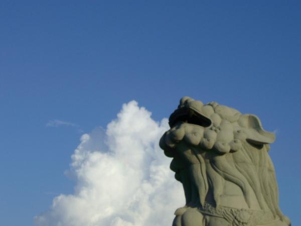 讓我吞吐著白色的雲,當作閃亮的石獅子