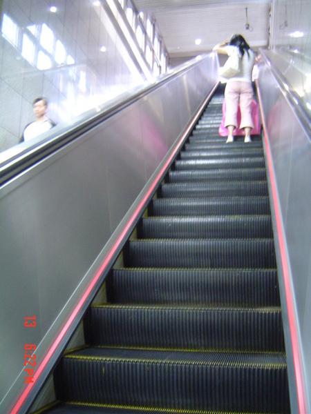 上了扶梯才有回家的感覺