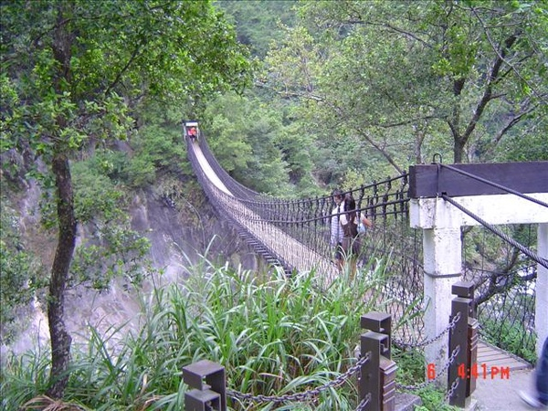 岳王廟前吊橋