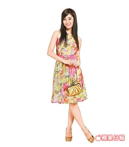 田中千繪穿Blumarine雪紡紗洋裝充滿春天輕柔的感覺。洋裝4萬9000元,包2萬5300元