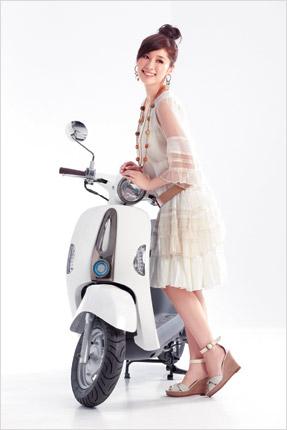白色洋裝NT$5,680/LILIAN