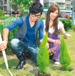在李國毅幫忙下種下小樹,象徵她在台灣落地生根。