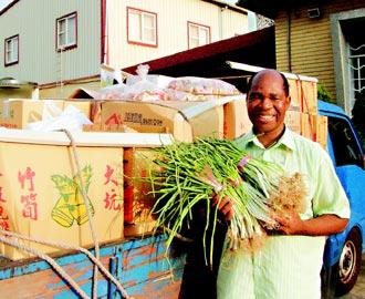 剛果神父賑災 送青菜上山