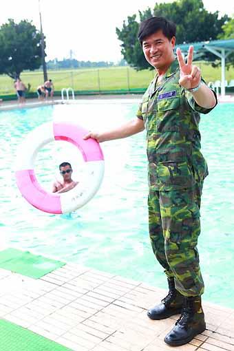 李興文曾英勇救過溺水的人