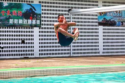 阿龐搞笑跳水。