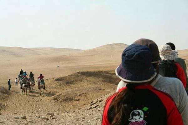 來到廣漠的黃沙上