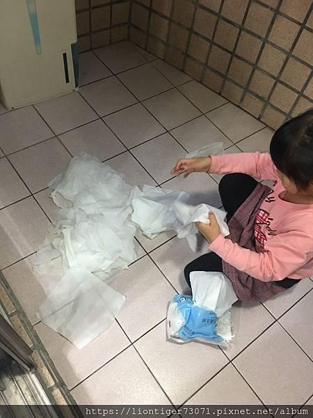 早上沒把掉在地上的衛生紙撿起來,造成吸水衛生紙,晚上回家一張張晾乾.JPG