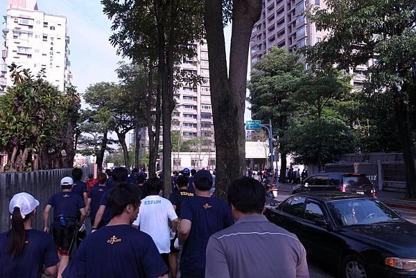 一群人走路前往開跑點