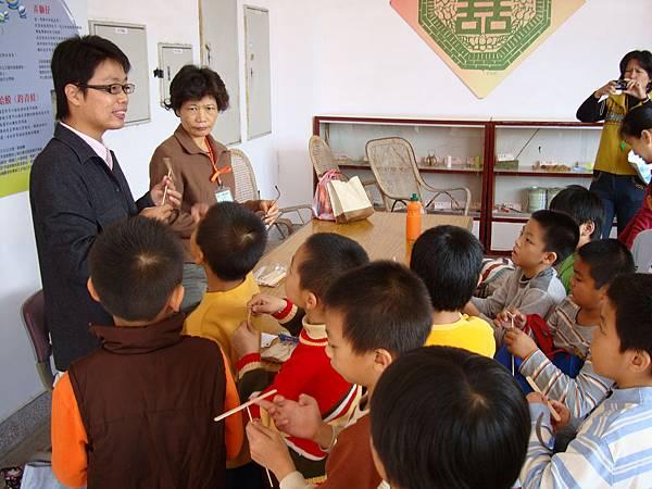 西勢國小小朋友製作竹蜻蜓
