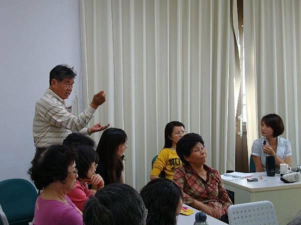 黎華亮老師與吳奕蓉討論客語發音