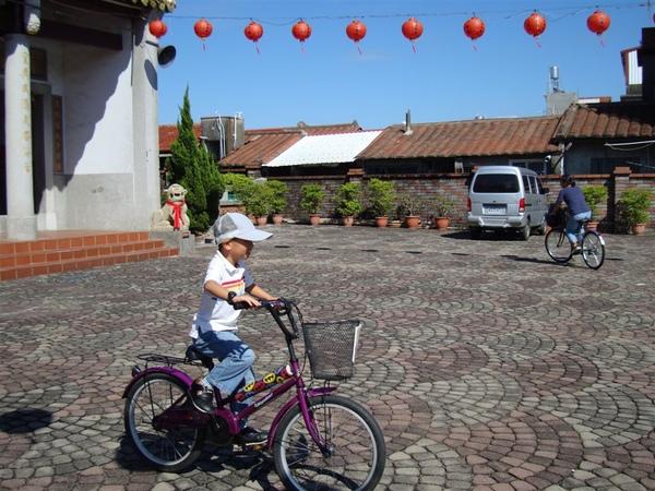 租借腳踏車的小朋友