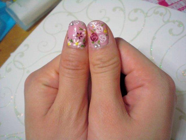 大拇指的玫瑰與小花