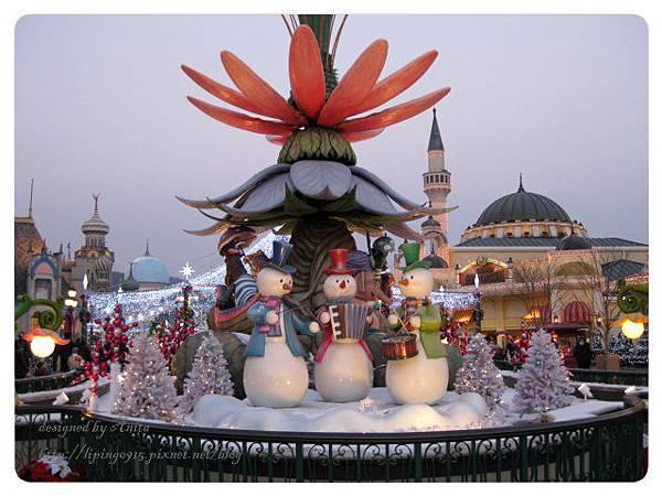 夜幕中愛寶的耶誕裝飾