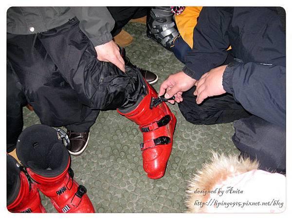 示範如何穿脫雪鞋