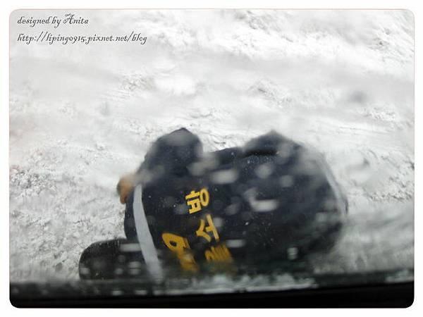 車子陷入雪堆裡還找消防隊幫忙