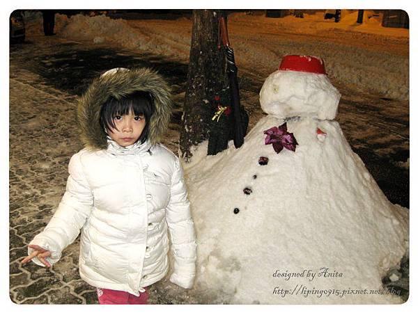 彩妝店外的雪人