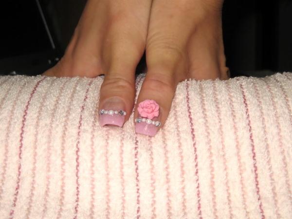 大拇指有粉紅奶油波波玫瑰