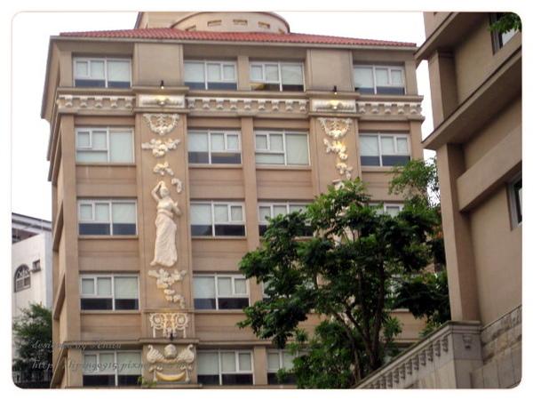 每棟建築上的浮雕