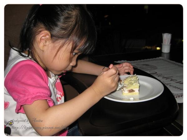 迫不急待吃蛋糕