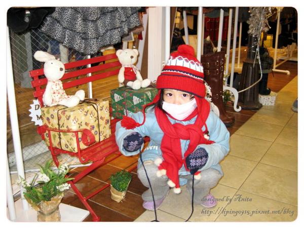 妹妹躲在Dotta的店家擺飾前玩耍