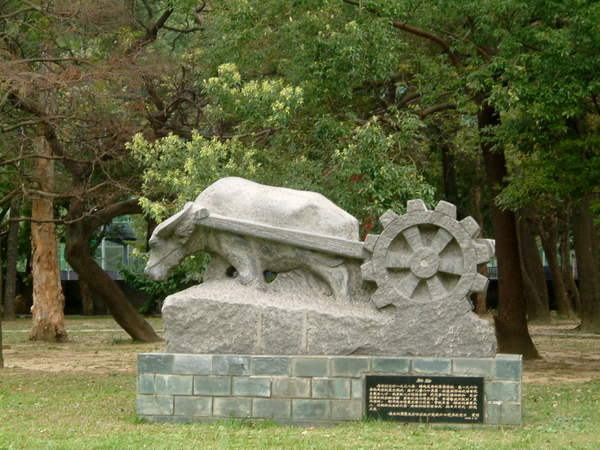 石雕塑像~老牛拖犛