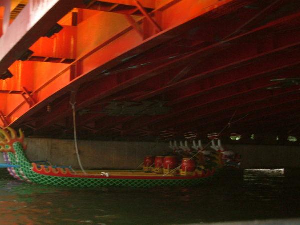橋樑下停泊著端午龍舟
