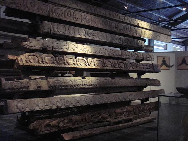 九族文化館展示的原住民木雕.jpg