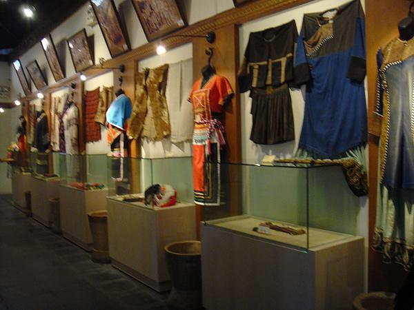 各族的傳統服飾.jpg