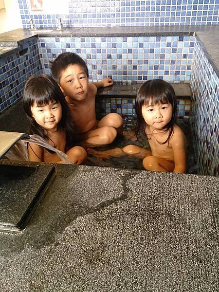 三寶脫衣泡澡