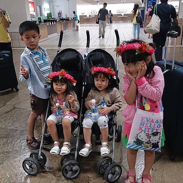 關島機場帶花圈