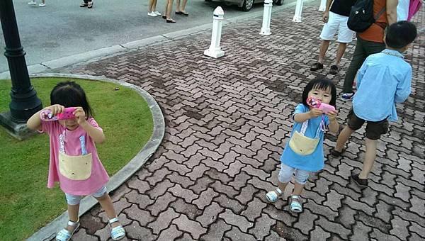 兩妞玩具手機拍我們