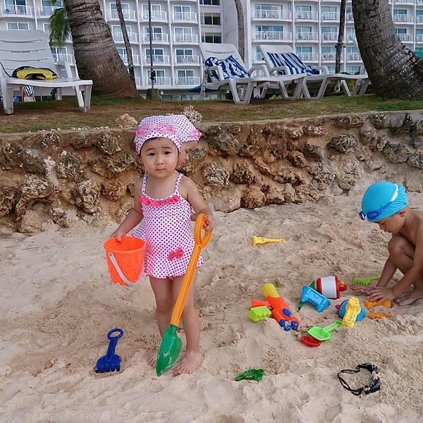 沙灘玩水雙頭妞
