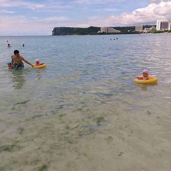爸爸帶三小在海裡
